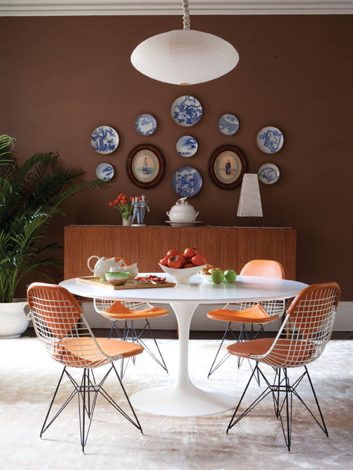 A larger top was affixed to a Saarinen dining table, which was paired with Bertoia chairs. © Felix Rodriguez, CID