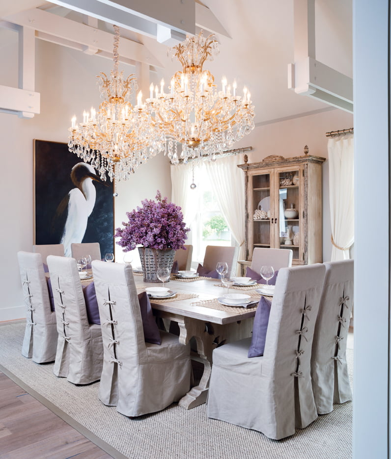 Evans used organic materials such as sisal and linen in the dining room.