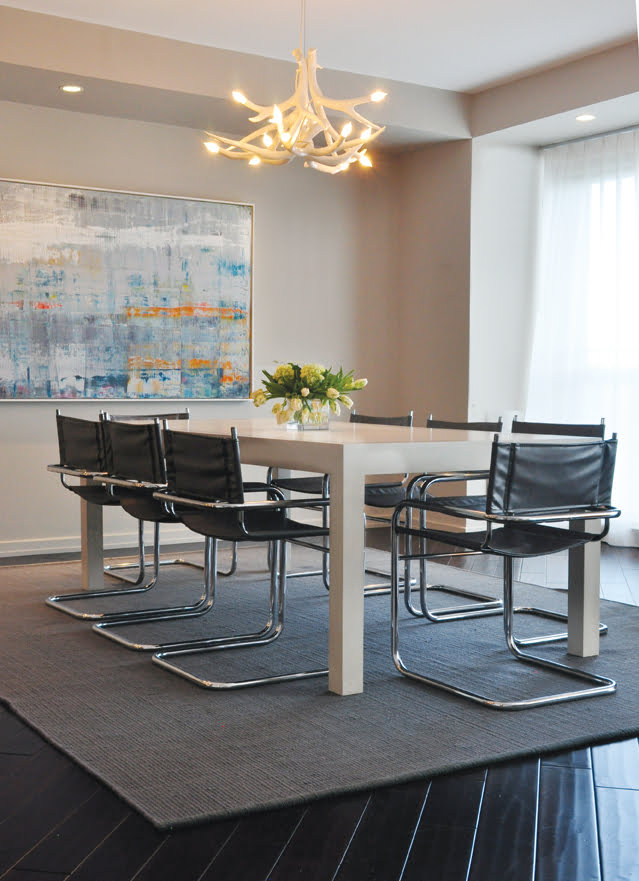 A dining room in a Georgetown duplex features a custom David Iatesta table and an antler chandelier by Roll & Hill.