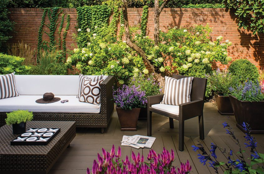 The deck is painted to match furniture from JANUS et Cie. © John Cole