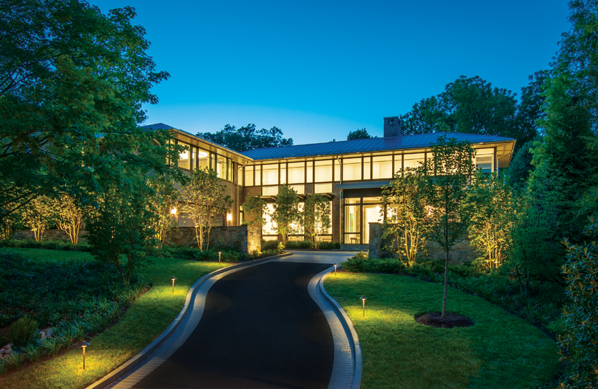 The house echoes the Prairie-style features seen on homes in the owners' native Chicago.