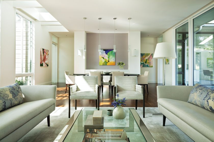 An open, light-filled living and dining space welcomes guests. © Gordon Beall