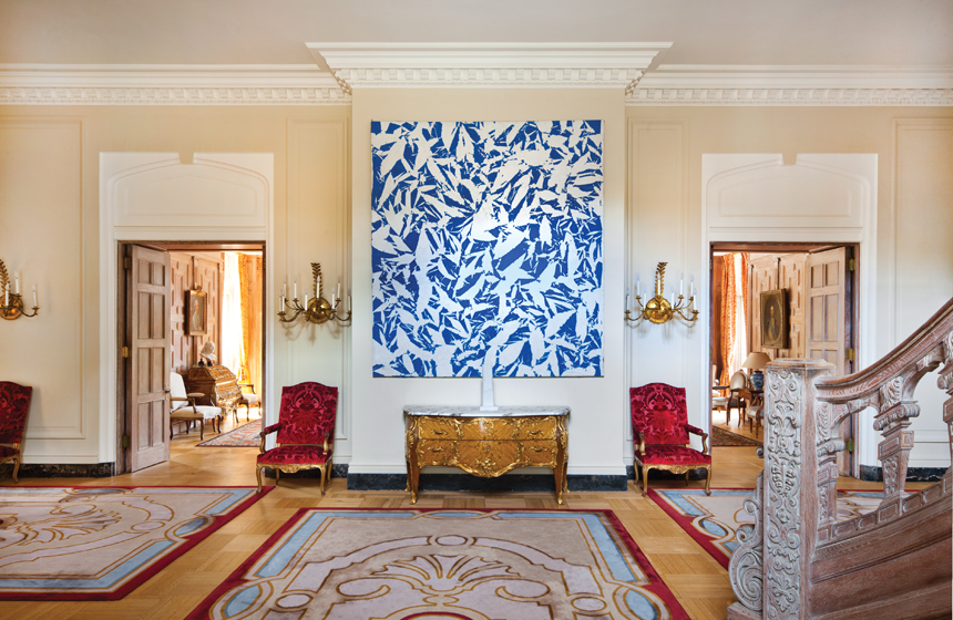 In the entrance hall, abstract art by Simon Hantaï is paired with a Louis XV-style commode.