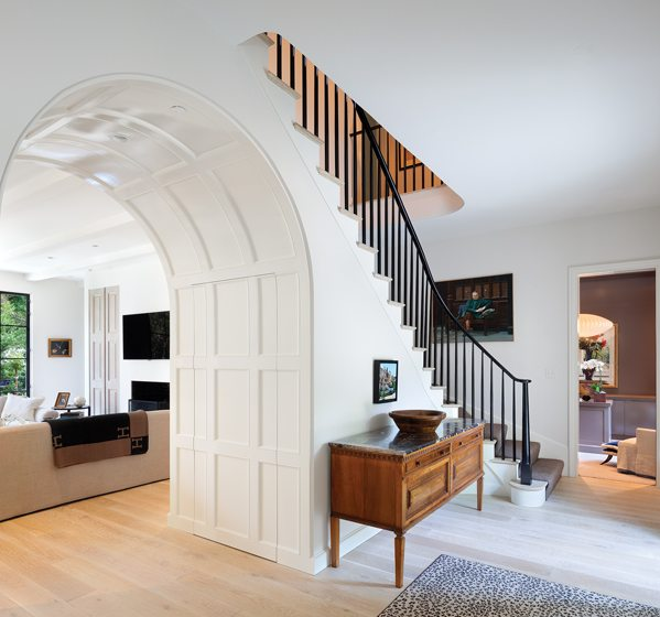 Decker designed a gracefully curved staircase in the entry.