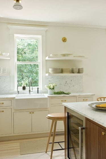A Rohl farmhouse sink nods to nostalgia.