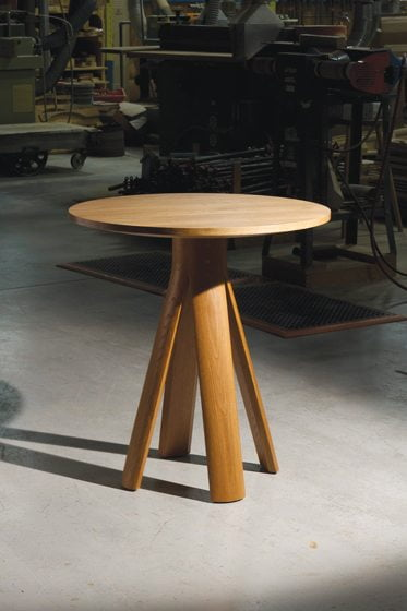 The Split Table in white oak, which combines simple geometric forms, conveys a quiet elegance.