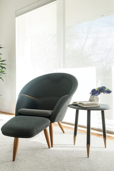 The Hoof Table from &Tradition complements the Oda Chair.