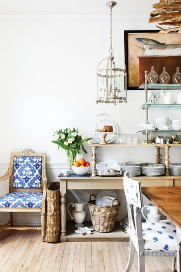 In the breakfast room, a two-tiered table now offers open shelving. © Stacy Zarin Goldberg
