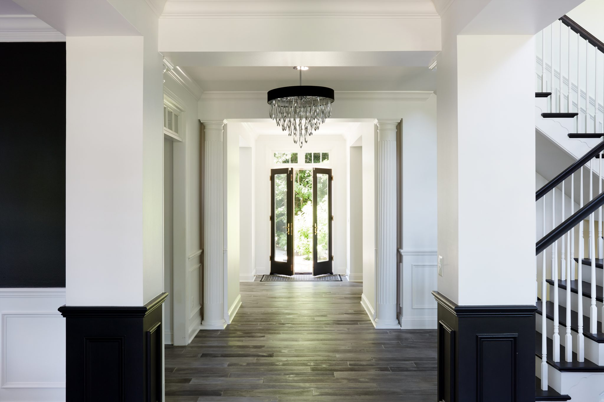 Kjos painted the wainscot on the foyer columns black for visual interest.