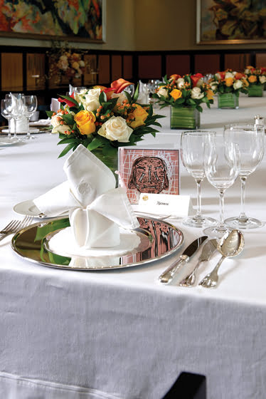 Place settings feature miniatures of the Markus Lüpertz paintings in the reception hall.