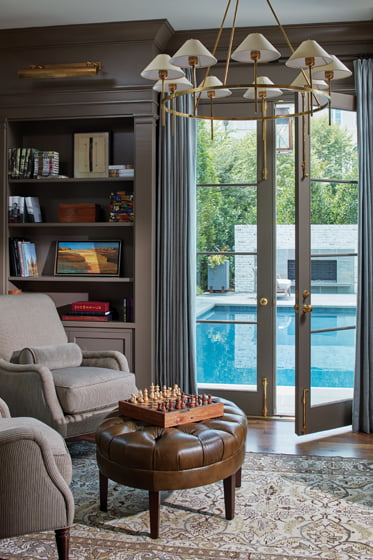 The designers turned the study into a contemplative space with a view of the pool.