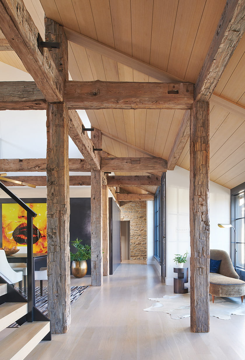 Hemlock beams salvaged from a New York barn lend character to the living area. © Anice Hoachlander