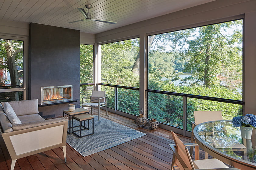 In summer months, the owners gather on the porch, equipped with a gas fireplace clad in dark gray lime plaster.