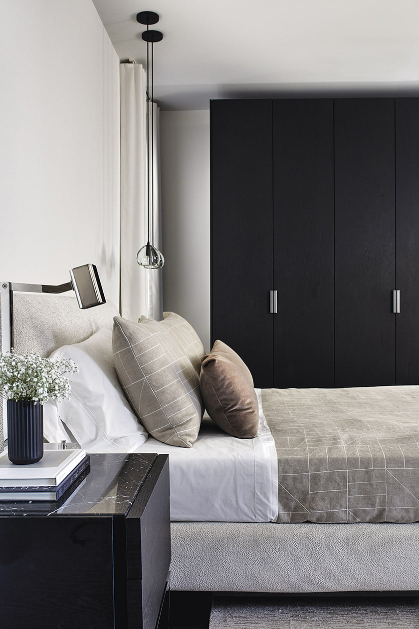 The ensuite spare bedroom features a Minotti bedstead and a dark-stained closet by Molteni.