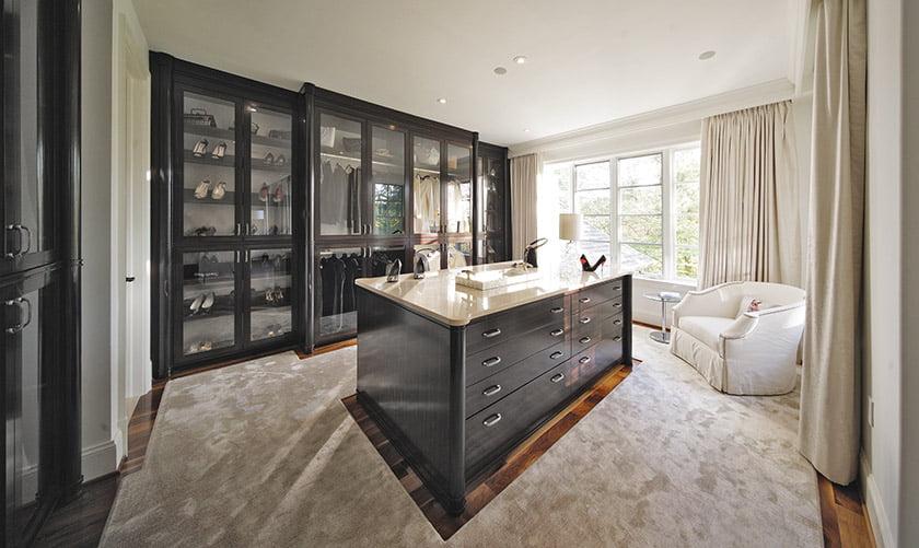 Barbara Hawthorn created a luxurious dressing room. © Kenneth M. Wyner