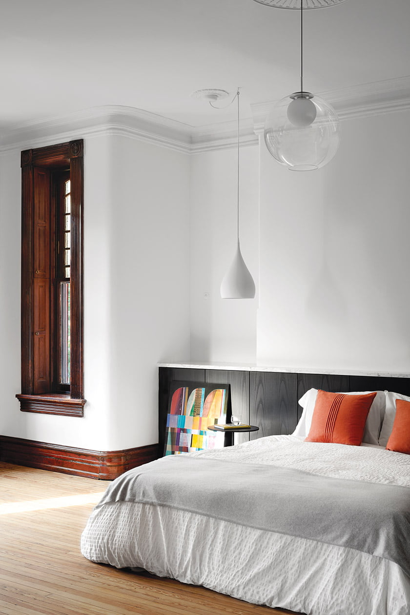 Healey added built-in storage of stained ash behind the bedstead in the owners' bedroom. © Jennifer Hughes