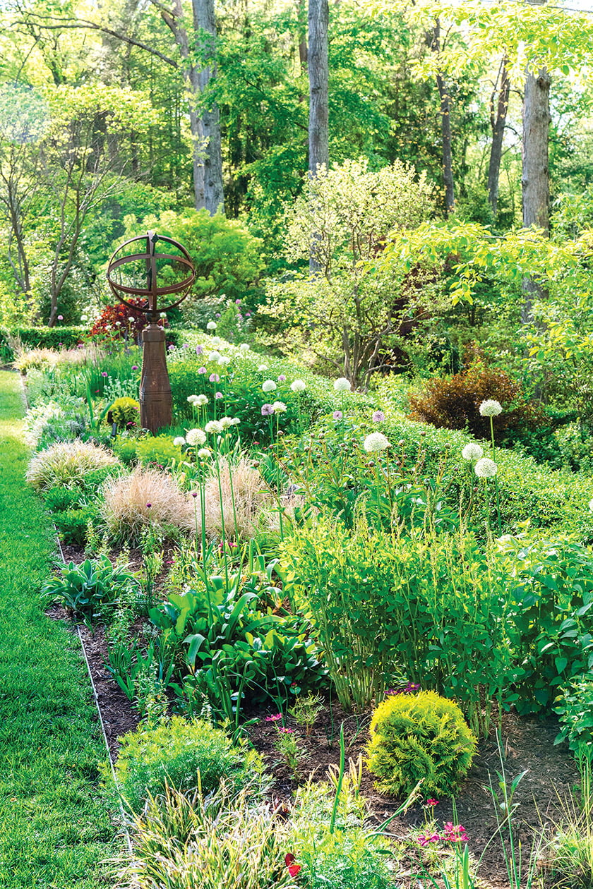 Private Residence in Fairfax, Virginia, by Chapel Valley Landscape Company. Photo: Kurstin Roe